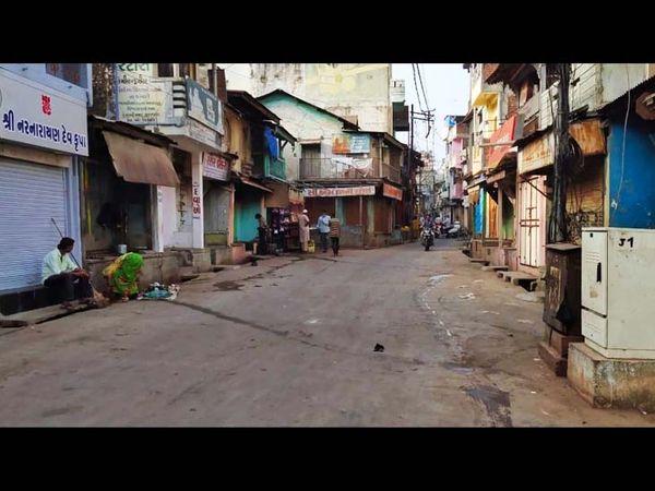 બજારોને તંત્ર દ્વારા કન્ટેન્મેન્ટ જાહેર કરી બંધ કરાવી દીધા હતા. - Divya Bhaskar