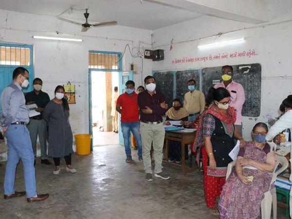 મોડાસા શહેરમાં કોરોના વેક્સિન આપવા માટે જુદા જુદા  સ્થળે રસીકરણ સેન્ટર ઉભા કરવામાં આવતા કલેક્ટરે મુલાકાત લીધી હતી - Divya Bhaskar