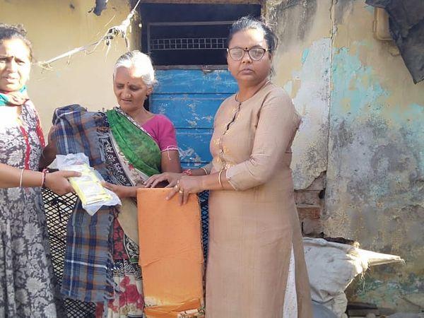 ગરીબોને ધાબળા અને મહિલાઓને સાડીનું વિતરણ કરાયું - Divya Bhaskar