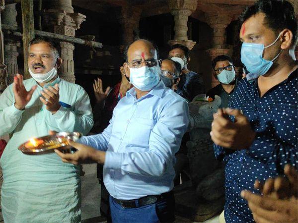 અસારવાના ધારાસભ્ય પ્રદીપ પરમાર અને સ્થાનિક કોર્પોરેટર સહિત ભાજપના કાર્યકરોએ આરતીમાં ભાગ લીધો હતો - Divya Bhaskar