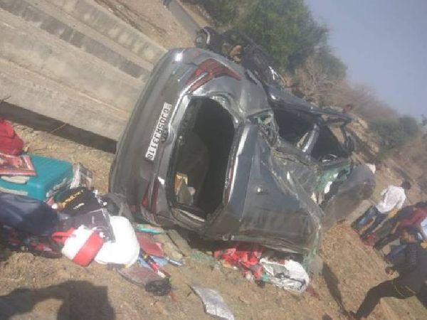 वाहन पलट गया और उसकी सामग्री भी बिखर गई।  हादसे में दंपति की मौत हो गई थी।