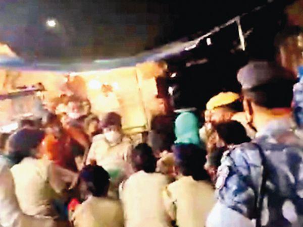 ઇન્દિરા નગરમાં મૃતક સાંસદ ડેલકરના સમર્થકો અને પોલીસ આમને સામને આવી ગયા હતાં. - Divya Bhaskar