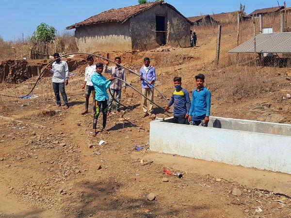 છોટીઉમર ગામે બંધ પડેલ મોટર હવાડામાં ગ્રામજનો ઉભા રહી પાણીની માગ કરી સાથે પશુ પાણી માટે કેટલાય કિલોમીટર જઈ કોતરોનું થોડું દેખાતું પાણી પીવે છે તેની તસવીર. - Divya Bhaskar