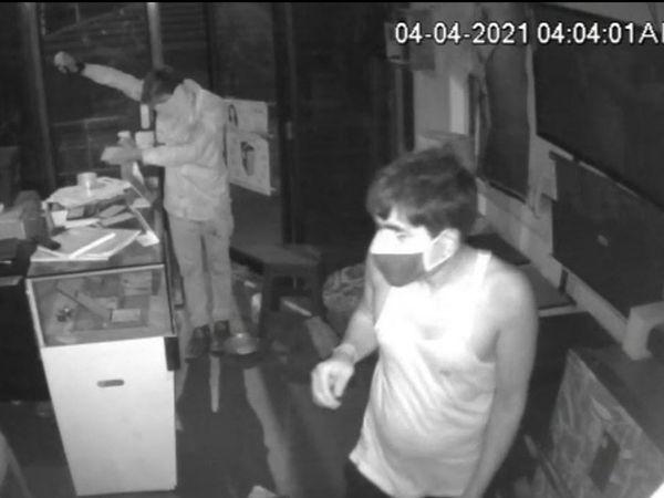 દુકાનના CCTVમાં તસ્કરો જણાય છે. - Divya Bhaskar