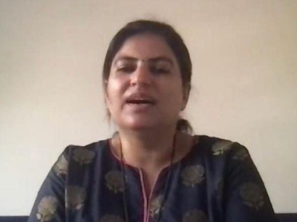 સોશિયલ મીડિયા લાઇવ કરી રહેલા સુરતના મેયર હેમાલી બોઘાવાલાની તસવીર - Divya Bhaskar