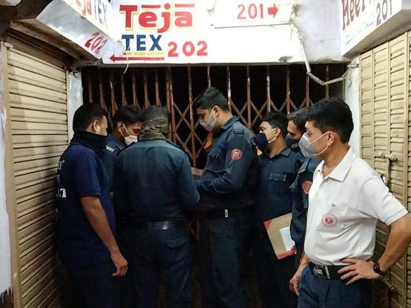 ન્યુ આદર્શ માર્કેટની દુકાનો સીલ કરવામાં આવી. - Divya Bhaskar