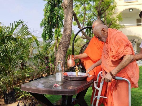 ભગવાનનો અભિષેક કરી રહેલા શ્રી આનંદ દાસજી સ્વામી