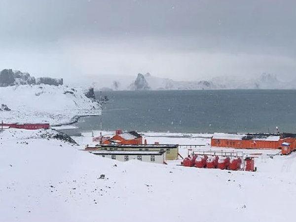 અહીંની સૌથી નજીકની હોસ્પિટલ કિંગ જ્યોર્જ આઈસલેન્ડ છે જે ગામથી લગભગ 1000 કિલોમીટર દૂર છે