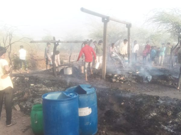 હળવદના સરભંડા ગામે શ્રમિકના ઝુંપડામાં ભીષણ આગ, ઘરવખરી ભસ્મીભૂત - Divya Bhaskar