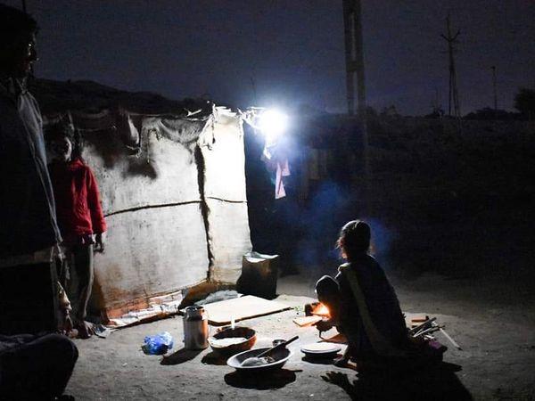 હળવદના સામતસર તળાવ કાંઠે વસતા પરિવારોના ઝુંપડે સોલાર લાઇટે અંધારા ઉલેચ્યા - Divya Bhaskar