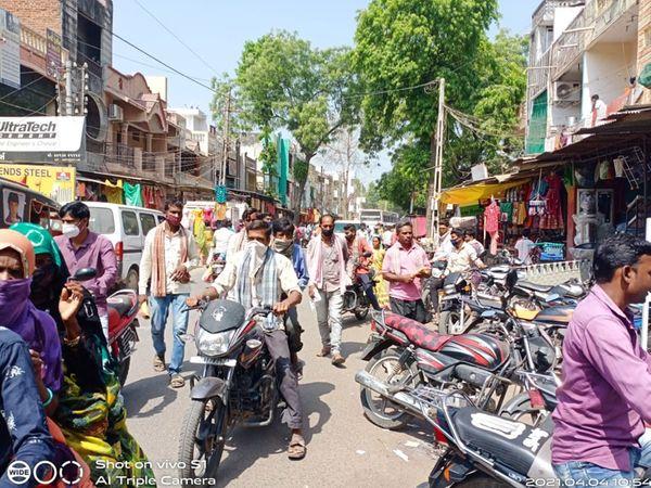 તાલુકામાં સંક્રમણ વધુ છતાં બજારમાં લોકો બિંદાસ ફરે છે. - Divya Bhaskar