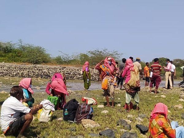 દરિયામાં પાણી ઓછુ હોવાથી બોટ ફસાઇ જતાં જીવ જોખમમાં મુકાયા. - Divya Bhaskar