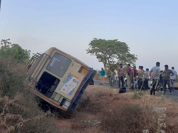 ચોટીલાથી ધ્રાંગધ્રા આવતી બસને અકસ્માત નડ્યો, 35 મુસાફરોનો આબાદ બચાવ થયો - Divya Bhaskar