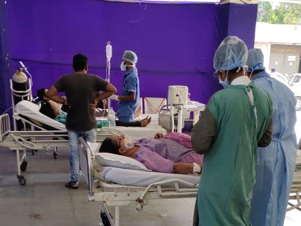 ખાનગી હોસ્પિટલ : શેલ્બીમાં પાર્કિંગ પાસે મેદાનમાં દર્દીઓને દાખલ કરવા પડ્યા