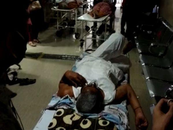 સરકારી હોસ્પિટલ : દર્દીઓ લોબીમાં, વોર્ડ સુધી લઇ જવા એટેન્ડન્ટ નથી - Divya Bhaskar