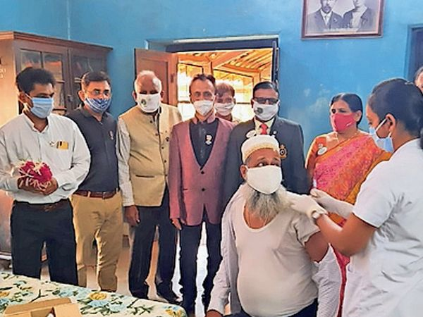 દાહોદમાં રસીકરણ અભિયાન અંતર્ગત વેક્સિનેશન કેમ્પ યોજાયો હતો. - Divya Bhaskar