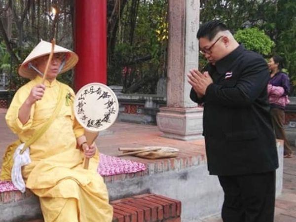 ઉત્તર કોરિયાના સરમુખત્યાર કિમ જોંગ બોદ્ધ ભિક્ષુકને નમન કરી રહ્યા છે