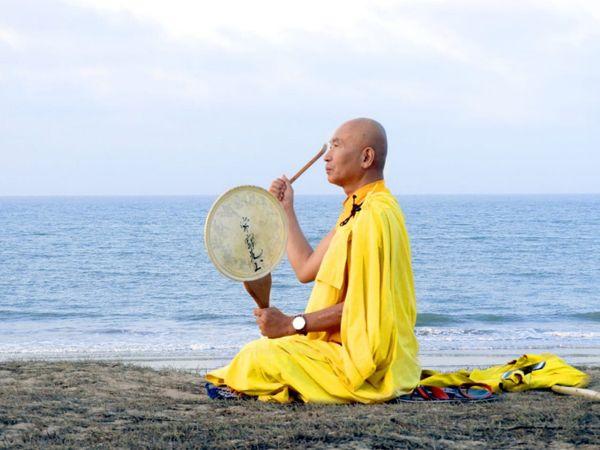 આ બૌદ્ધ ભિક્ષુક માંડવીના કાશી વિશ્વનાથ બીચ પર વાજિંત્ર અને  મંત્રોચ્ચાર સાથે છેલ્લા ત્રણ દિવસથી સાધના કરી રહ્યા છે - Divya Bhaskar