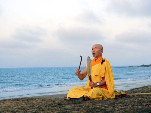 જુનસૈઈ તેરાસવાએ ગુરુ નીચીદાતાસુ ફુજી અને મહાત્મા ગાંધીના શાંતિ અને અહિંસાના સિધ્ધાંતોથી પ્રેરાઈને બૌદ્ધ ભિક્ષુક તરીકે દીક્ષા ગ્રહણ કરી હતી