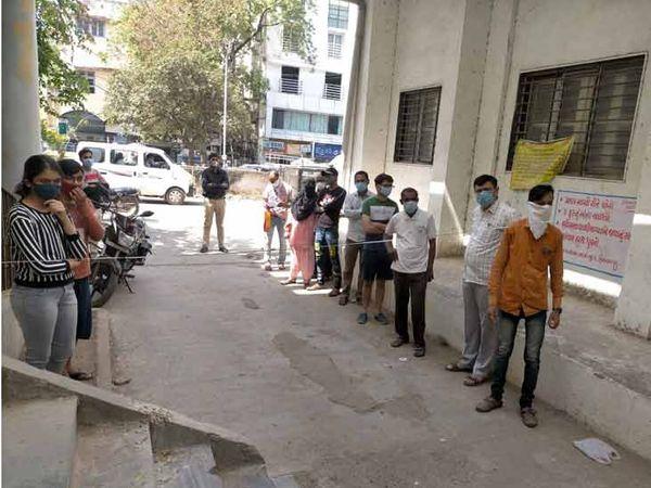 હિંમતનગર સિવિલ હોસ્પિટલના અર્બન હેલ્થ સેન્ટરમાં RTPCR ટેસ્ટ કરાવવા લાઇનો લાગી - Divya Bhaskar