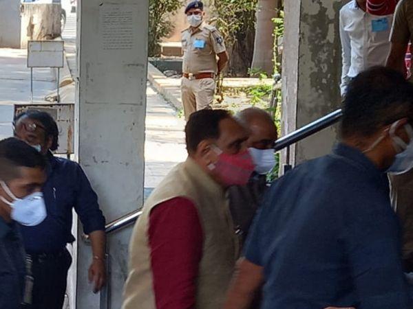 મુખ્યમંત્રી વિજયભાઈ રૂપાણી સહિતના અધિકારીઓ સુરત આવીને બેઠક યોજી હતી. - Divya Bhaskar
