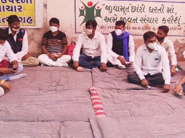 સુરેન્દ્રનગરમાં ખનીજચોરી અટકાવવા સામાજિક કાર્યકર્તાઓએ કલેકટર કચેરીમાં ઉપવાસ આંદોલન શરૂ કર્યું - Divya Bhaskar