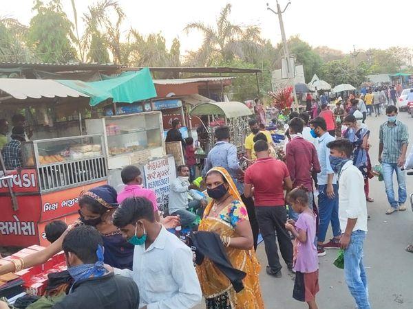 ઝાક ગામે દર સોમવારે રસ્તા નજીક ઓપન બજાર ભરાતા  અડચણ સર્જાય છે. - Divya Bhaskar