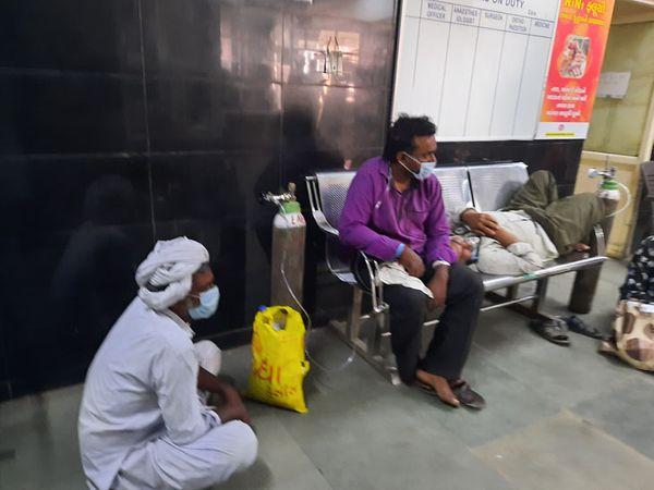 વોર્ડમાં જમીન પર બેસી ઓક્સિજન લેતાં દર્દીઓ
