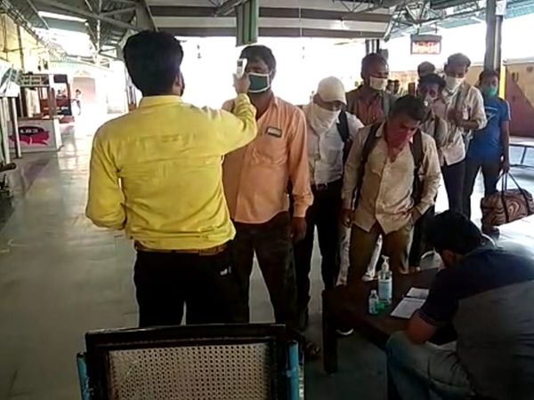 ગોધરા રેલવે સ્ટેશન પર અન્ય રાજ્યમાંથી આવતાં 400થી વધુ યાત્રીઓના આરોગ્યની તપાસણી કરવામાં આવી. - Divya Bhaskar