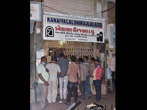 જામનગરમાં પાબંધીની ભીતિથી પાન-માવા અને કરિયાણાની દુકાનો પર ભીડ - Divya Bhaskar