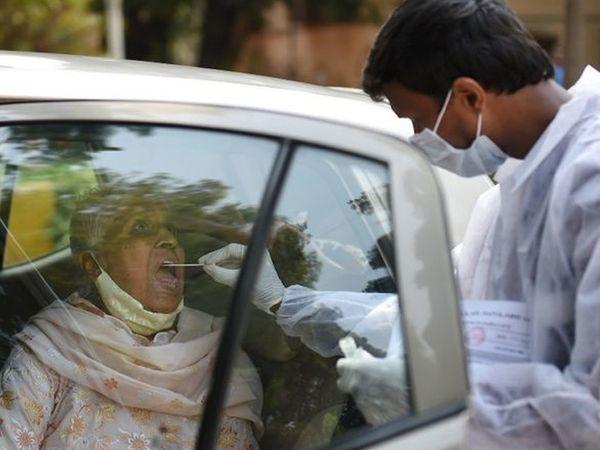 मुंबई में वाहनों को रोककर एंटीजन परीक्षण किया जा रहा है।