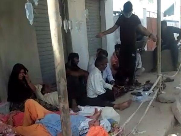 ખાખચેરીમાં દવાખાના બહાર ફૂટપાથ પર દર્દીઓને બાટલા ચડાવ્યા - Divya Bhaskar