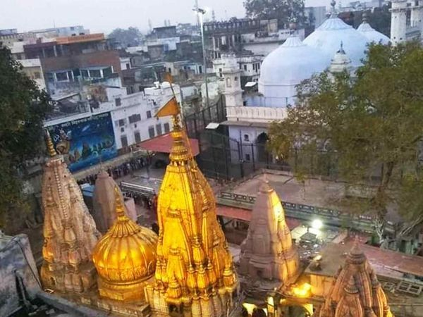 વારાણસીમાં મોગલ બાદશાહ ઓરંગઝેબના આદેશથી ઐતિહાસિક મંદિર તોડી જ્ઞાનવાપી મસ્જિદ બનાવી હતી. હિંદુ સમુદાય તેને ઐતિહાસિક સ્થળ માને છે-ફાઈલ ફોટો - Divya Bhaskar