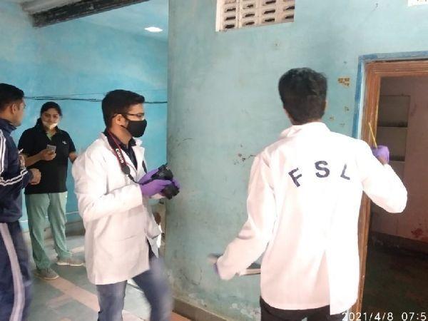 घर की जांच करती एफएसएल टीम।