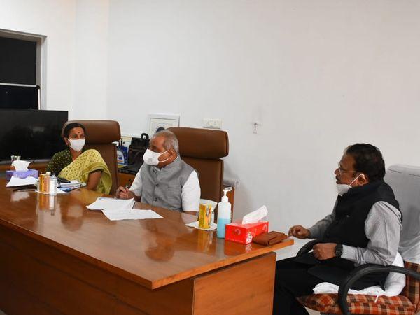 ડાબેથી આરોગ્ય વિભાગના અગ્ર સચિવ જયંતિ રવિ, નીતિન પટેલ અને કે.કૈલાસનાથન - Divya Bhaskar
