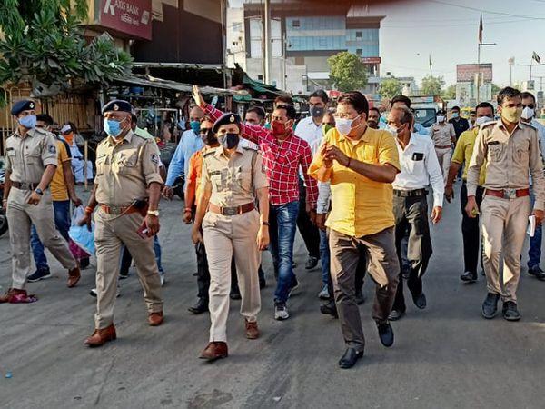 પાદરા પોલીસ તેમજ પાલિકા સદસ્યો દ્વારા રેલી સ્વરૂપે વધતા જતાં કોરોના સંક્રમણ અટકાવવા લોકોને માસ્ક પહેરવા અને સરકારની ગાઈડલાઇનનું પાલન કરવા અપીલ કરાઇ હતી. - Divya Bhaskar