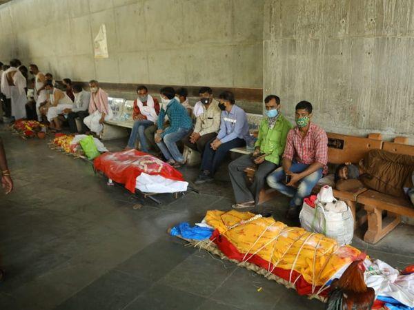 સુરતની હોસ્પિટલ અને સ્મશાનની બહાર મૃતદેહોના ખડકલા જોવા મળે છે. - Divya Bhaskar