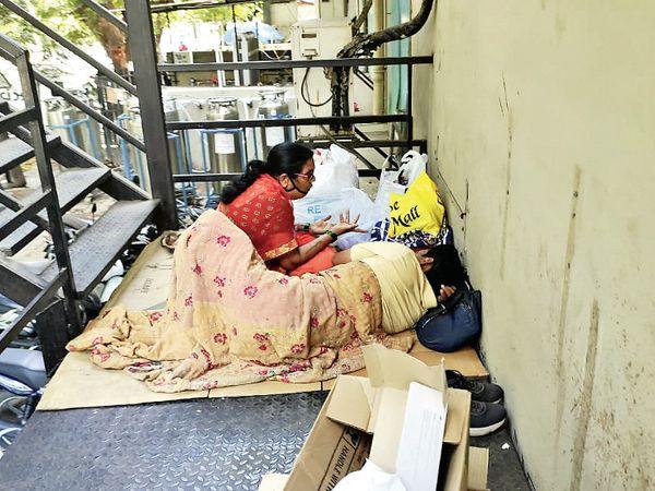 સારવાર લઈ રહેલા મુંબઈના પરિવારની તસવીર.