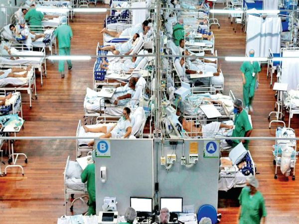 બ્રાઝિલ : સાઉ પાઉલોમાં એક સ્પોર્ટ્સ જિમમાં બનાવેલ ફિલ્ડ હોસ્પિટલમાં દર્દી. મોટા ભાગની હોસ્પિટલો પહેલાથી ભરાઈ ચૂકી છે અને નવી બનાવેલી હંગામી હોસ્પિટલોમાં જગ્યા જ નથી. - Divya Bhaskar