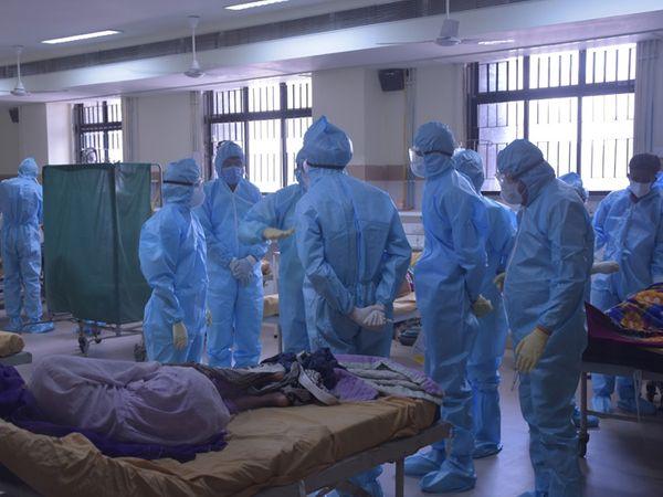 પાટણ કલેકટરે  કીટ પહેરી વોર્ડમાં જઈ  દર્દીઓની સારવાર અંગે પૂછપરછ કરી - Divya Bhaskar