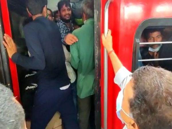 कांग्रेस के वरिष्ठ नेता संजय निरुपम भीड़ की जानकारी मिलने के बाद यात्रियों को मनाने के लिए एलटीटी स्टेशन पहुंचे।