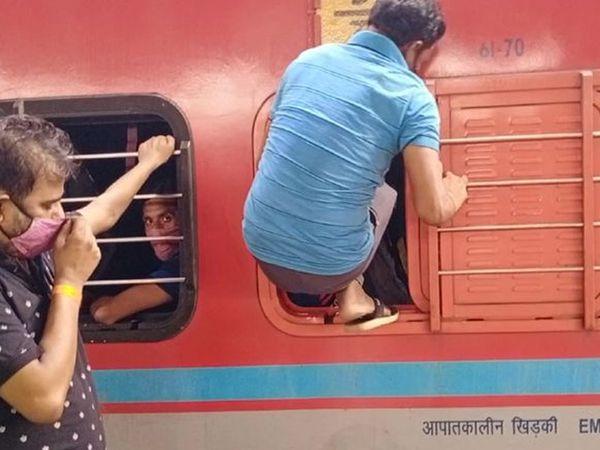 यदि दरवाजे के माध्यम से प्रवेश करने का कोई अवसर नहीं था, तो यात्री को खिड़की के माध्यम से डिब्बे में प्रवेश करते देखा गया था।