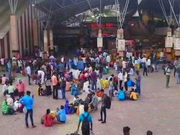 पुणे रेलवे स्टेशन के बाहर भारी भीड़ देखी जा रही है।