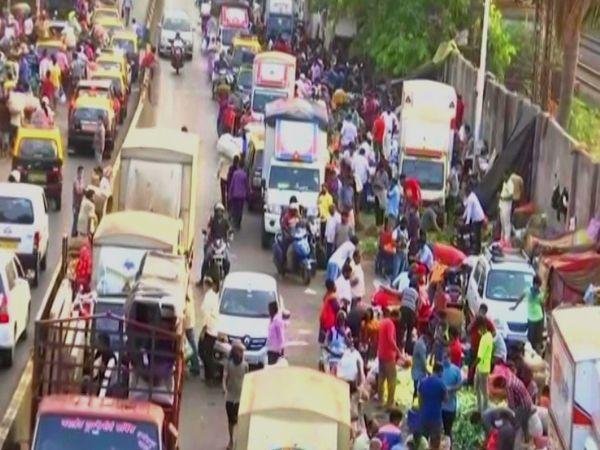 यह तस्वीर मुंबई के दादर सब्जी मंडी की है।  इतनी भीड़ थी कि सड़कों पर लंबा ट्रैफिक जाम था।