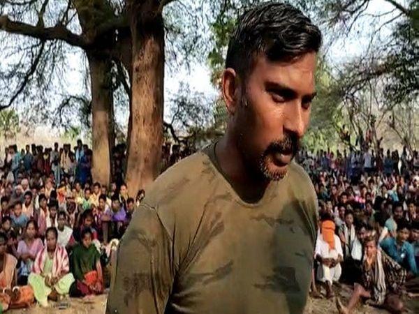 20 ग्रामीणों की एक बैठक के बाद राकेश को रिहा कर दिया गया।