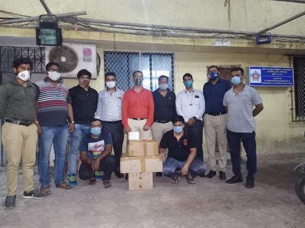 मुंबई क्राइम ब्रांच ने रेमेडिविर इंजेक्शन के काले बाजार में जिन दो लोगों को गिरफ्तार किया है, वे एक मेडिकल स्टोर के मालिक हैं।