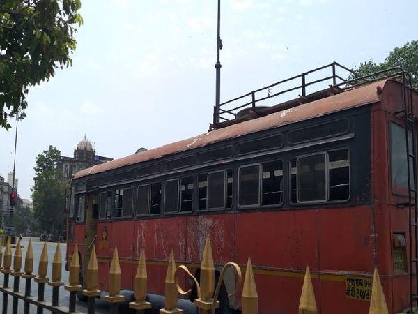 मुंबई में बस सड़क पर दौड़ रही है, लेकिन यात्री नहीं हैं।