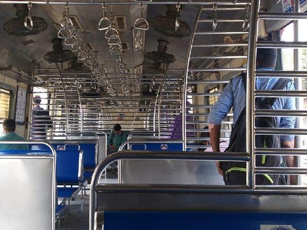 मुंबई में, अधिकांश लोकल ट्रेनें खाली चल रही हैं।