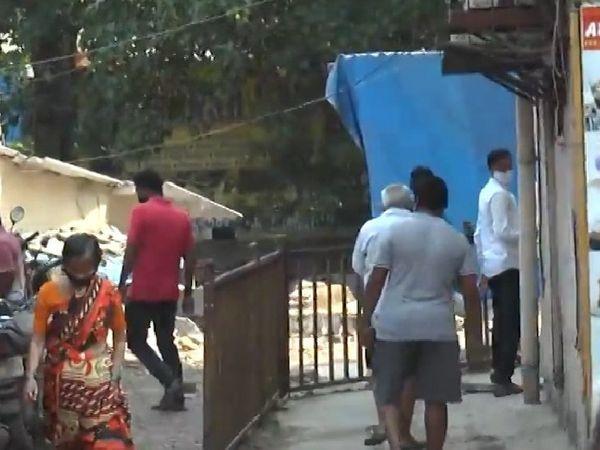 मुंबई के घाटकोपर इलाके में शराब की दुकानों के बाहर तालाबंदी और शराब की दुकानें बंद होने के बावजूद भीड़ देखी गई।