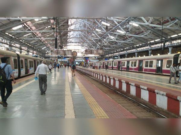 मुंबई में CSMT स्टेशन के अंदर, केवल एक या दो यात्री दिखाई देते हैं।  यहां से जाने वाली अधिकांश लोकल ट्रेनें चल रही हैं।